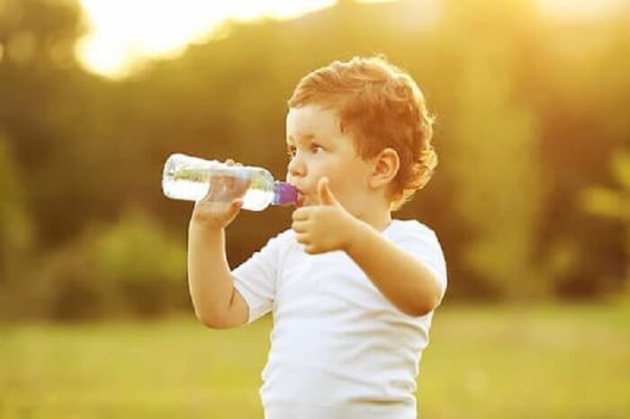 Uống nhiều nước giúp làm giảm mỡ mặt